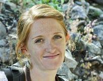 Um Redhead lindo em um Hike de natureza foto de stock royalty free