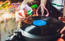 Um registro de vinil no painel do DJ Equipamento do DJ fotos de stock royalty free