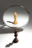Um rei preto está olhando em um espelho para ver-se como um rei branco imagens de stock royalty free