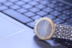 Um relógio de pulso sobre o teclado Fotografia de Stock