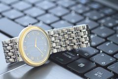 Um relógio de pulso sobre o teclado Imagens de Stock