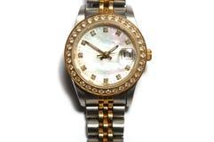 Um relógio de senhoras de prata com uma cara redonda do relógio e diamantes na borda fotografia de stock