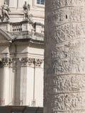 Um relance da coluna trajan da praça Venezia em Roma, no Fotografia de Stock