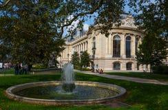 Um relance do palácio grande do Petit Palais dos jardins com a fonte em Paris, França imagem de stock