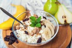 Um requeijão saudável do café da manhã com Granola e fruto Fotografia de Stock