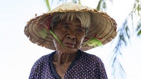 Um residente local na ilha do homem poderoso em Vietname imagens de stock royalty free