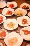 Um restaurante coreano tradicional com os vários pratos laterais Pratos laterais da refeição coreana do sprou vegetal do feijão d Foto de Stock Royalty Free