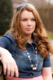 Um retrato ao ar livre de uma mulher loura escura Imagens de Stock Royalty Free