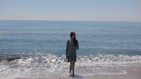 Um retrato completo de uma menina bonita na praia video estoque