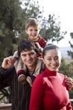 Um retrato da família ao ar livre imagem de stock