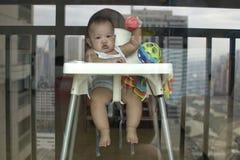 Um retrato de um bebê de vista sério imagem de stock