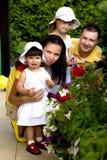 Um retrato de uma família feliz imagens de stock royalty free