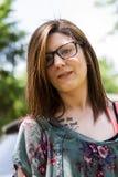 Um retrato de uma jovem mulher bonita fora em um ambiente de vizinhança Foto de Stock Royalty Free