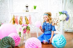 Um retrato de uma menina bonita em um estúdio decorou muitos balões da cor Foto de Stock
