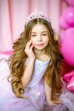 Um retrato de uma menina bonita em um estúdio decorou muitos balões da cor Fotos de Stock Royalty Free