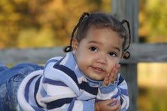 Um retrato de uma menina de sorriso Fotografia de Stock Royalty Free