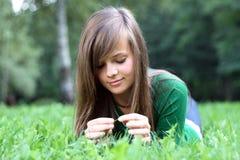 Um retrato de uma menina lindo na grama Fotos de Stock Royalty Free