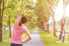 Um retrato de uma mulher asiática que faz esticando o exercício Imagem de Stock Royalty Free