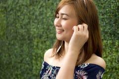 Um retrato de uma mulher bonita está escutando a música imagens de stock royalty free