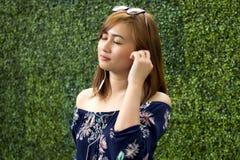 Um retrato de uma mulher bonita está escutando a música imagem de stock royalty free