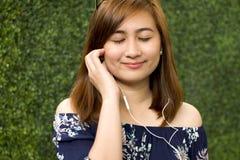 Um retrato de uma mulher bonita está escutando uma música fotos de stock royalty free