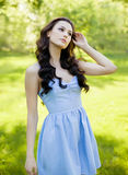 Um retrato de uma mulher caucasiano nova bonita exterior Cores ensolaradas macias Imagens de Stock Royalty Free
