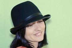 Um retrato de uma mulher com um chapéu negro Imagens de Stock Royalty Free