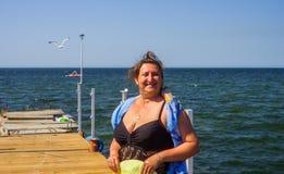 Um retrato de uma mulher em um mar Imagem de Stock Royalty Free