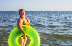 Um retrato de uma mulher em um mar Imagens de Stock