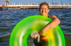 Um retrato de uma mulher em um mar Foto de Stock
