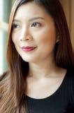 Um retrato de uma mulher no vestido preto imagens de stock royalty free