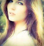 Um retrato de uma mulher nova bonita Fotografia de Stock Royalty Free