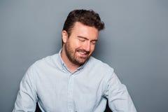 Um retrato do homem isolado no fundo cinzento imagem de stock