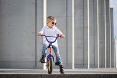 Um retrato do menino considerável com bicicleta fora foto de stock