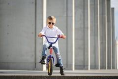 Um retrato do menino considerável com bicicleta fora fotografia de stock