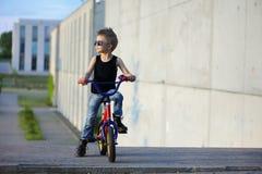 Um retrato do menino considerável com bicicleta fora imagens de stock