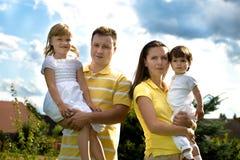 Um retrato do verão do close up de uma família feliz imagem de stock
