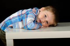 Um retrato incomum de um menino louro bonito imagens de stock royalty free