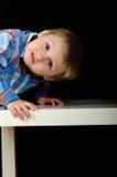 Um retrato incomum de um menino louro bonito foto de stock
