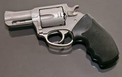 Um revólver 44spl de aço inoxidável que coloca em cima de uma superfície do vidro Foto de Stock