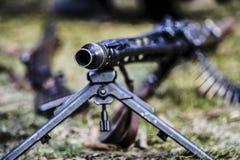 Um rifle da metralhadora com munição, exterior Fotos de Stock