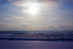 Um rio congelado Tom em Sibéria ocidental e em montes pequenos Imagens de Stock Royalty Free