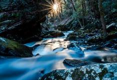 Um rio corre através da montanha Fotografia de Stock