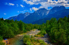 Um rio corre através das dolomites Fotos de Stock Royalty Free