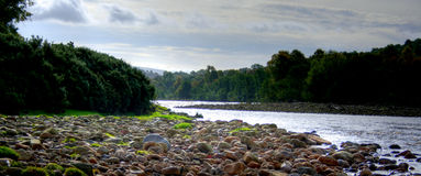 Um rio corre através dele Fotografia de Stock