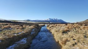 Um rio de fluxo rápido em Nova Zelândia fotos de stock