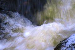 Um rio de pressa em Finlandia foto de stock