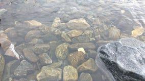 Um rio dos seixos fotografia de stock