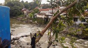 Um rio e construções em Indonésia fotos de stock royalty free