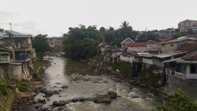 Um rio e construções em Indonésia foto de stock royalty free